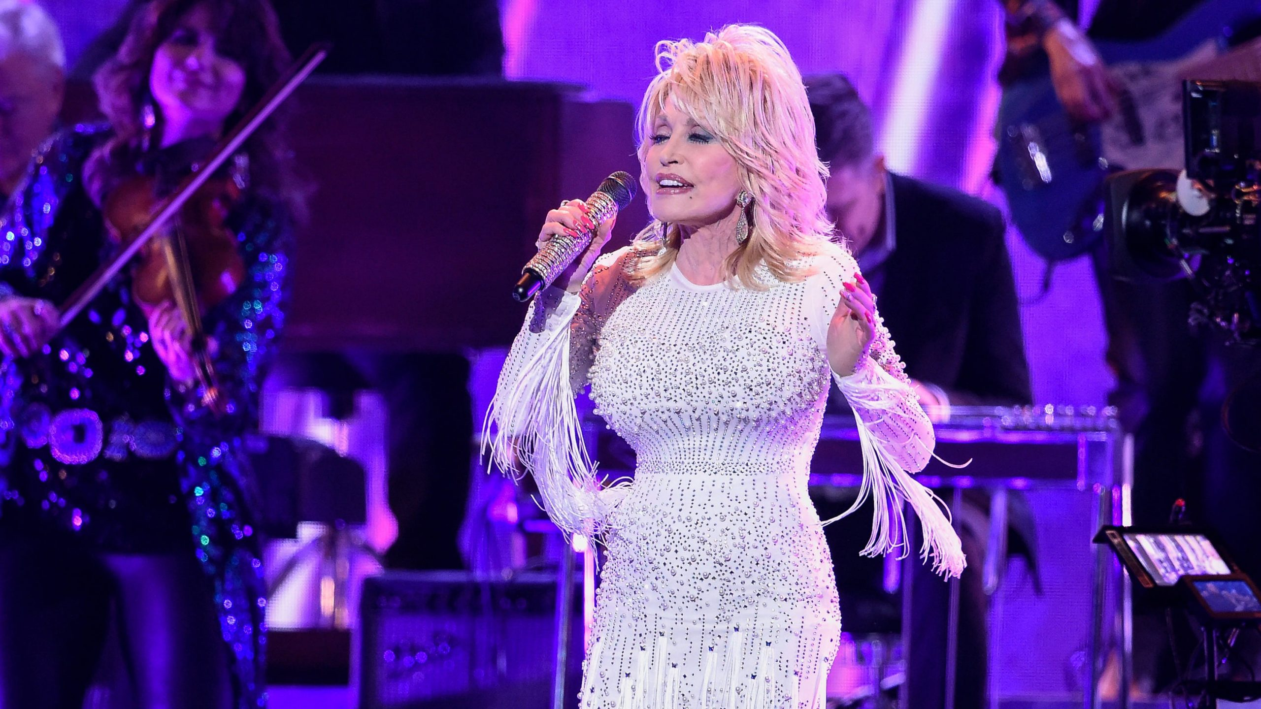 "Dolly Parton Duos with Barry Gibb to recreate the classic B-Jeez ""The Words"""